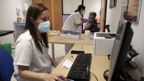 Una mujer recibe la vacuna la semana pasada en una de las consultas de medicina preventiva del hospital de Monforte