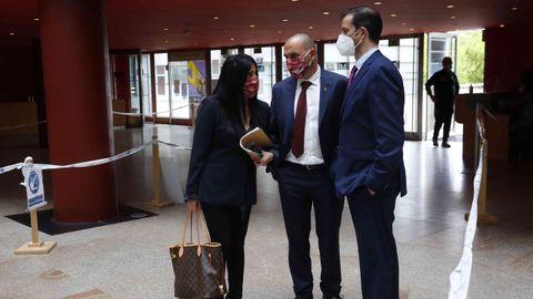 Lupe Murillo, con los consejeros Manuel Ruibal y Enrique Mariño
