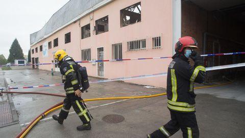 Los bomberos siguen apostados en la zona cero del incendio