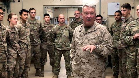 El general McKenzie, jefe del Comando Central, durante un visita a las tropas estadounidenses en la base de Jalalabad