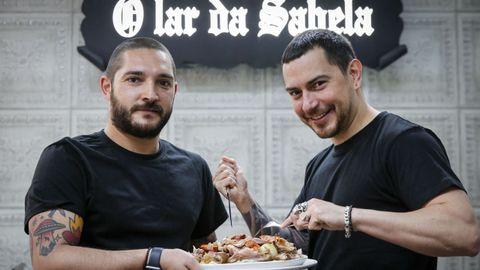 Miguel y Javier, con parte de una ración de cocido, el plato más típico de O Lar da Sabela