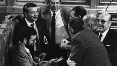 Mariano Rajoy, sentado, junto a otros diputados del Parlamento de Galicia, a finales de los años 80