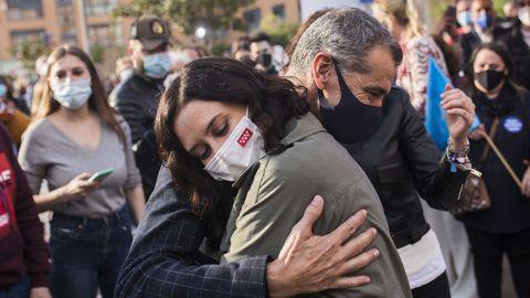 La presidenta de la Comunidad de Madrid y candidata a la reelección, Isabel Díaz Ayuso, abraza a Toni Cantó, durante una visita este miércoles a la carpa del Partido Popular en San Sebastián de los Reyes