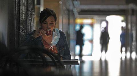 Una clienta en la terraza de un bar de Monforte, en una fotografía de archivo
