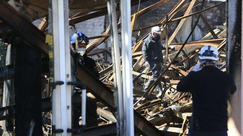 Agentes de la Policía Científica y peritos de las aseguradoras inspeccionaron la nave de Castro Parga