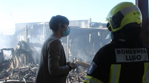 Ana Pontón, junto a un bombero, en el polígono de O Ceao