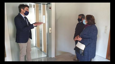 Javier Arias departe con vecinos del edificio de la calle Chantada que visitó este jueves