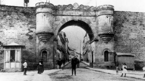 La imagen de la Porta da Estación data de 1875 ó 1876, justo antes de la primera ampliación que se llevó a cabo y con la que se derribaron los cubos laterales