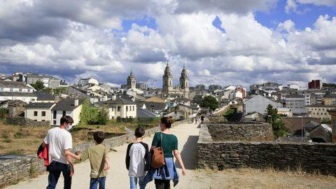 Turistas paseando el pasado verano por el adarve de la Muralla de Lugo