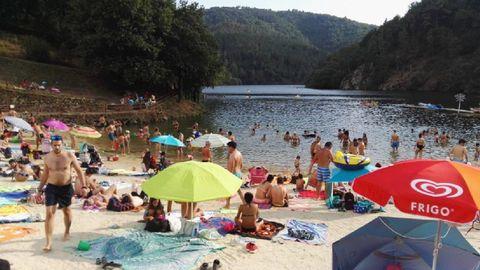 La playa fluvial de A Cova atrae un gran número de visitantes en las temporadas altas
