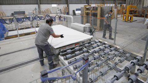 La planta de aglomerado de piedra tiene en marcha dos líneas de fabricación ininterrumpidamente