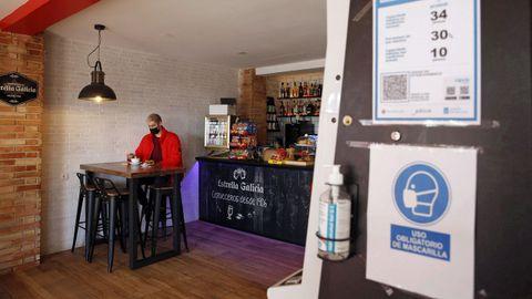 Los locales hosteleros de Ribeira han tenido que limitar su aforo interior a solo el 30 % tras entrar ayer en el nivel medio de alerta por covid