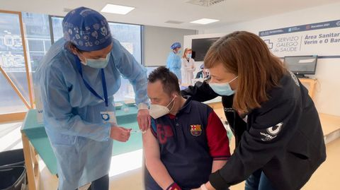 Luis Garrido, paciente con síndrome de Down, recibió la primera dosis de la vacuna en el CHUO