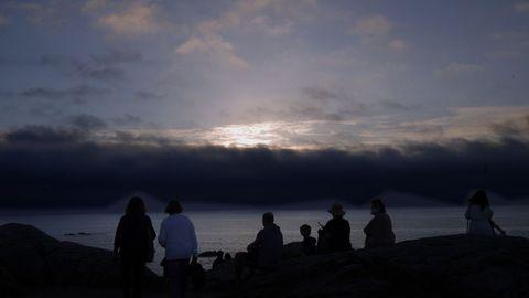 Atardecer en el faro de Corrubedo, uno de los puntos más visitados