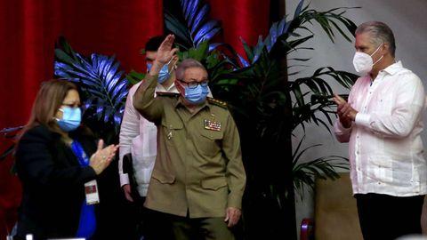 Raúl Castro Ruz es aplaudido a su llegada este viernes al VIII Congreso del Partido Comunista de Cuba