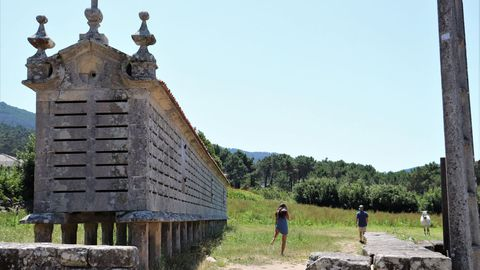 Hórreo de Carnota, que atrae a muchos visitantes