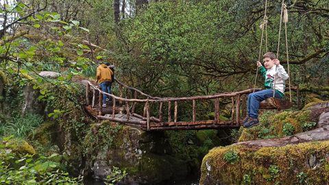 Columpio y puente en el entorno de la fervenza de Fírvado, en Mazaricos