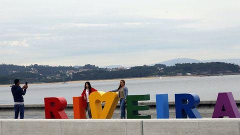 Las letras de colores de Ribeira también son un lugar en el que es habitual ver a gente haciendo fotografías