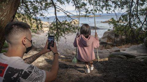 Pocos son capaces de resistirse a captar una instantánea en este columpio en la playa de A Illa, en A Pobra