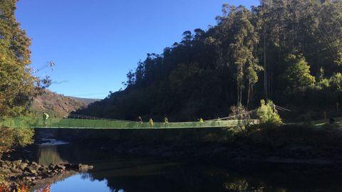 El puente colgante que cruza el río Tambre es uno de los lugares imprescindibles