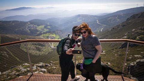El mirador de pico Muralla se ha convertido en un polo de atracción de visitantes que no dudan en sacar sus móviles