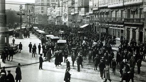 Salida de un mitin celebrado en el Teatro Linares Rivas en los Cantones en el año 1919.
