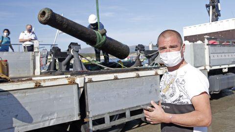 Descarga de uno de los cañones en presencia de Sergio García, el percebeiro que los encontró