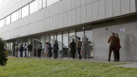 Colas en el Hospital Marítimo de Oza para recibir la primera dosis de AstraZeneca. Imagen de archivo