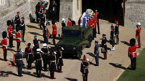 El féretro, que transporta un vehículo diseñado por el propio Duque de Edimburgo, está envuelto en el estandarte personal del Duque,  y va cubierto con una corona de flores, su gorro naval y su espada