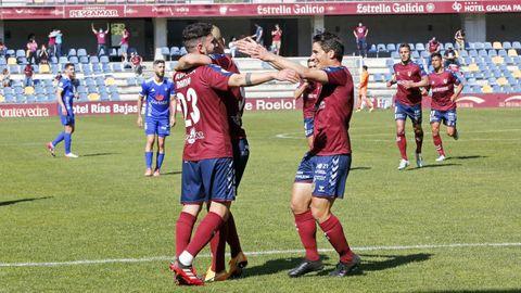 Jugadores del Pontevedra CF, en el partido contra el Covadonga del 4 de abril