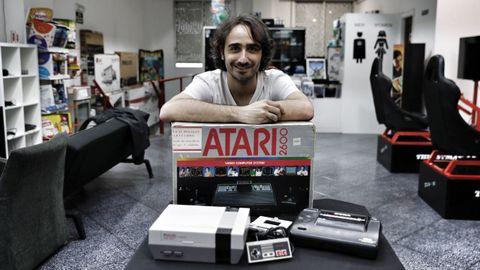 Millán Brea posa con varias consolas clásicas en la tienda ourensana Xog-On