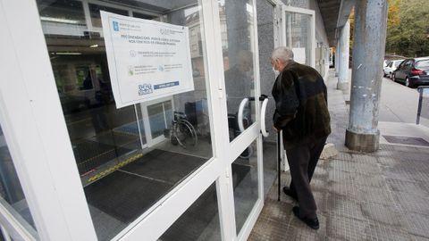 Un usuario accede al centro de salud del Espadenal, en Cuntis