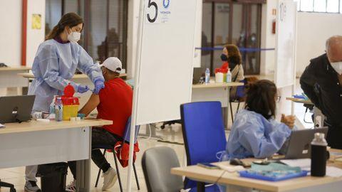 Segunda jornada de vacunación masiva en FIMO, en Ferrol, el 8 de abril