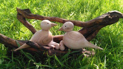 Dos pájaros, tallados en madera