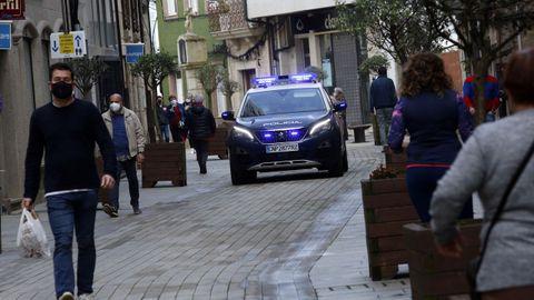Un coche de la Policía Nacional, patrullando una calle de Ribeira