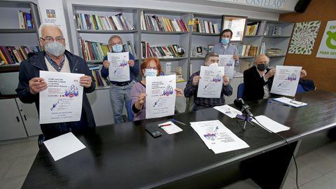 Miembros de asociaciones vecinales, partidos y sindicatos integrados en la plataforma SOS Sanidade Pública de Pontevedra presentaron este lunes una protesta