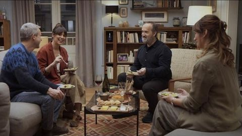 La mayor parte del film transcurre en una cena entre los protagonistas y sus vecinos de arriba