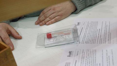 La recogida de la muestra se hace con la primera saliva de la mañana y se tiene que depositar en el tubo, sin desechar el líquido rosa que hay en su interior