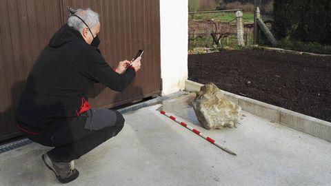 El capitel, de la época tardorromana, fue recuperado en una huerta de una casa particular del municipio de Valga