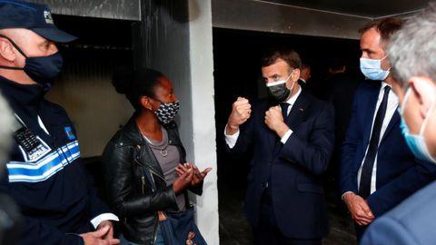 Macron y el alcalde de Montpellier, durante su visita  al suburbio de La Mosson