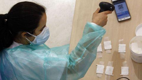 Enfermera leyendo código antes de vacunación en FIMO