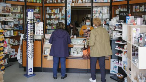 Vecinas de Cualedro, en la farmacia de Fátima Taboada