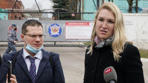Los médicos de Navalni, el cardiólogo Yaroslav Ashijmin y Anastasia Vasilyeva, hablan con la prensa tras negarsele la entrada al hospital del penal IK-3.