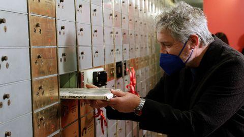 Manuel Rivas deposita el original de «En salvaxe compaña» en la Caja de las Letras
