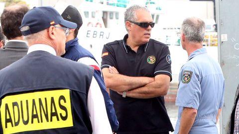 Lino Alonso, en el 2019 de espalda vistiendo chaleco de Aduanas, durante la descarga de 2.500 kilos de coca decomisados a bordo del barco Gure Leire.