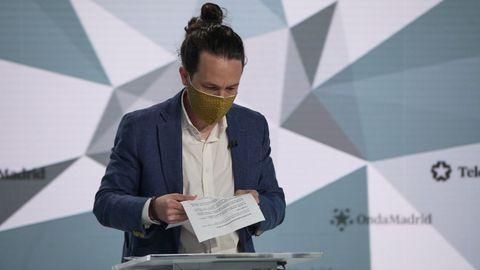 Pablo Iglesias revisa sus papeles antes del debate