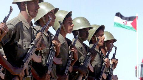 Foto de archivo de soldados saharauis en un desfile en Tifariti