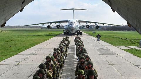 Soldados rusos suben abodo de un aviónde transporte, en el aeropuerto del puerto marítimo de Azov, durante las maniobras militares.