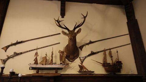 Objetos de caza y maquetas de barcos que se exhiben en las paredes del pazo de Meirás