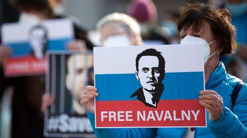 Una mujer sostiene un cartel pidiendo la libertad de Alexei Navalni